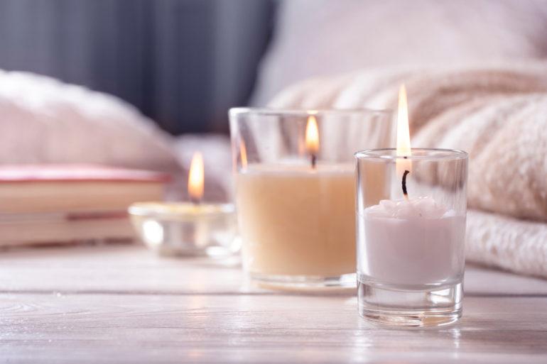 Die besten Duftkerzen: Drei Kerzen auf dem Tisch