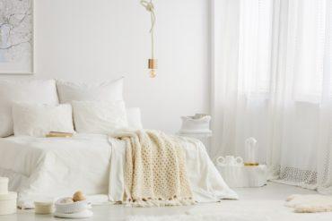 Lampen ohne Schirm: Weißes Schlafzimmer