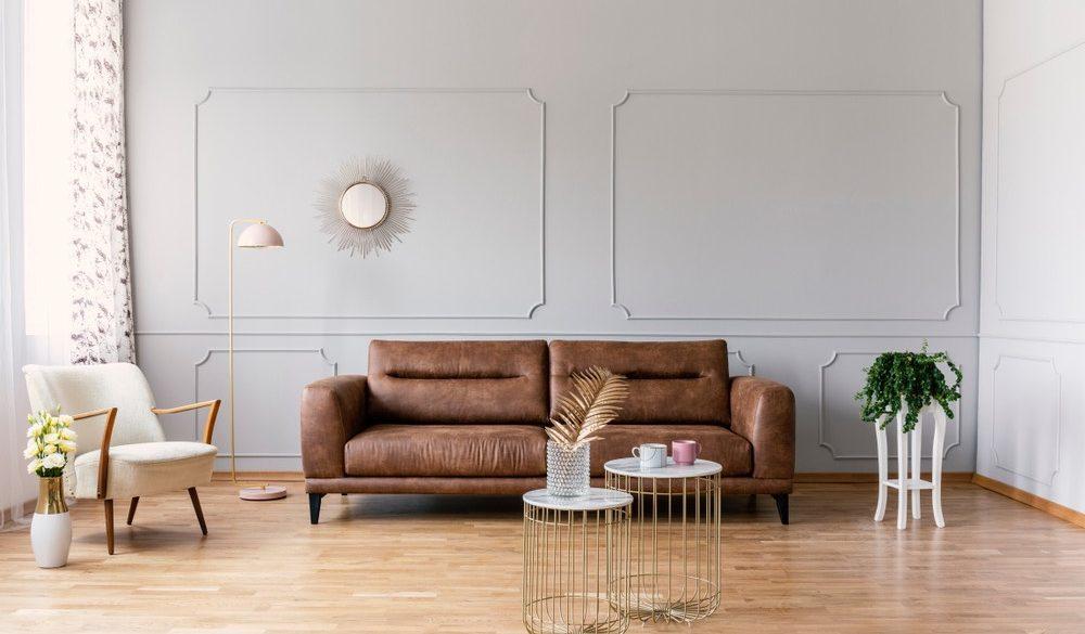 Welche Wandfarbe passt zur braunen Couch: Wohnzimmer mit Sofa