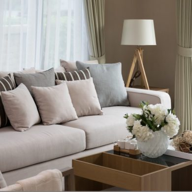 Graues Sofa mit Kissen dekorieren: Modernes Wohnzimmer