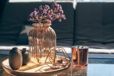 Couchtisch modern dekorieren: Tisch mit Vase