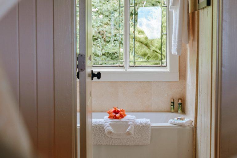 Kleines Badezimmer dekorieren: Weiße Badewanne