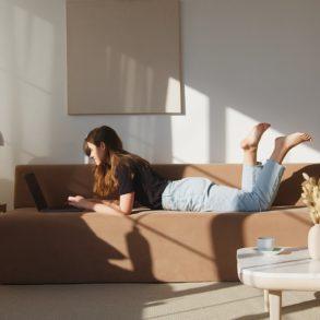 Interior Instagram Accounts: Frau auf dem Bett